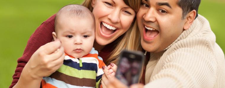 Photos de naissance de bébé sur Facebook : quels risques ?
